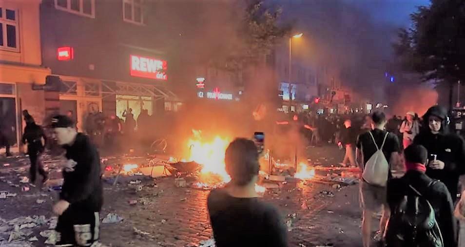 `Antifa´ legt Feuer vor dem Haus des Journalisten