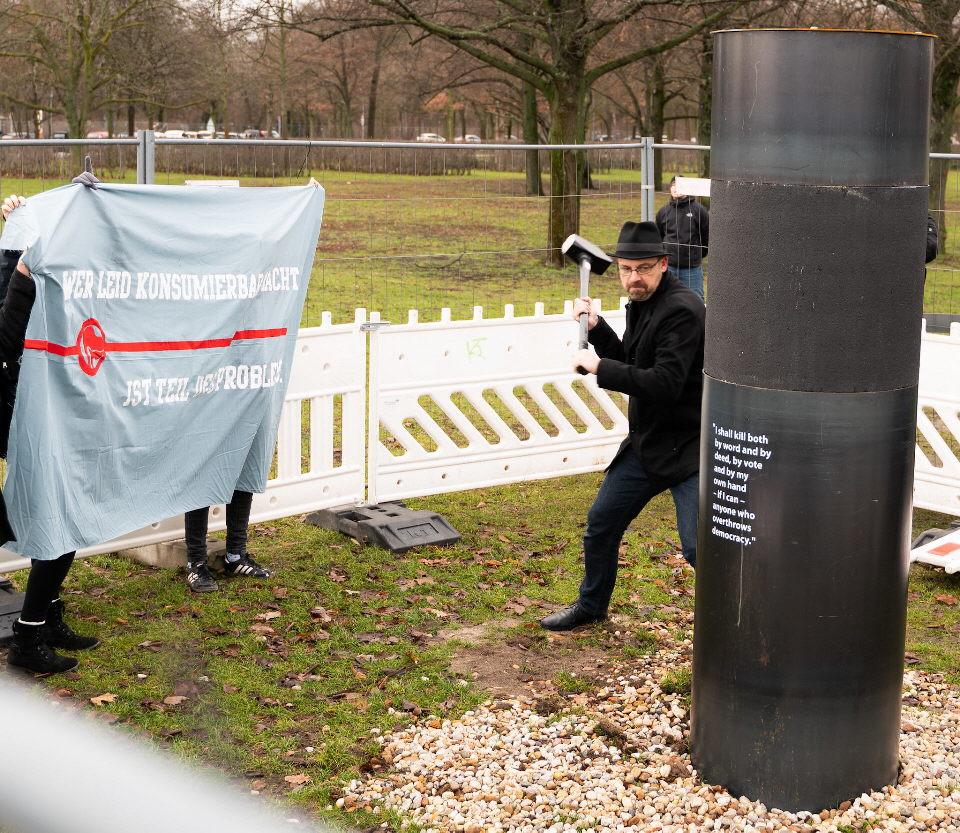 Berliner Polizei hindert jüdische Gruppe am Abbau der illegal errichteten Säule des ZPS