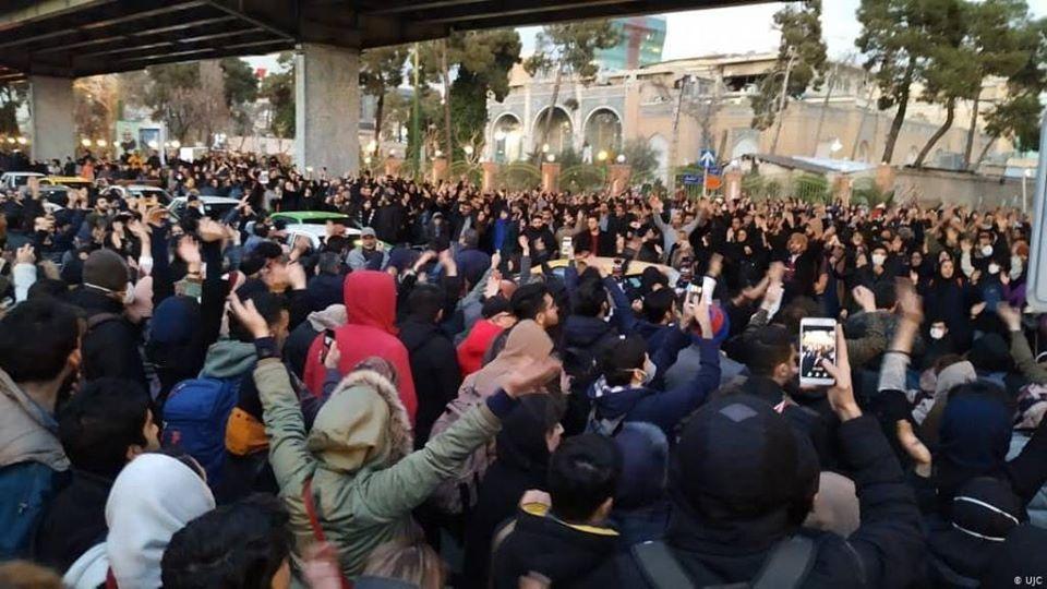Iran lässt auf Proteste schießen