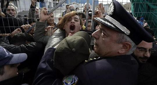 Greifen Migranten griechische Polizisten mit Tränengasgranaten an?