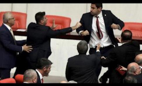 Massenschlägerei im türkischen Parlament [Video]