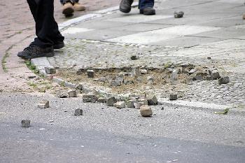 Wie die Polizei in Anderlecht « teilweise » mit Steinen beworfen wird