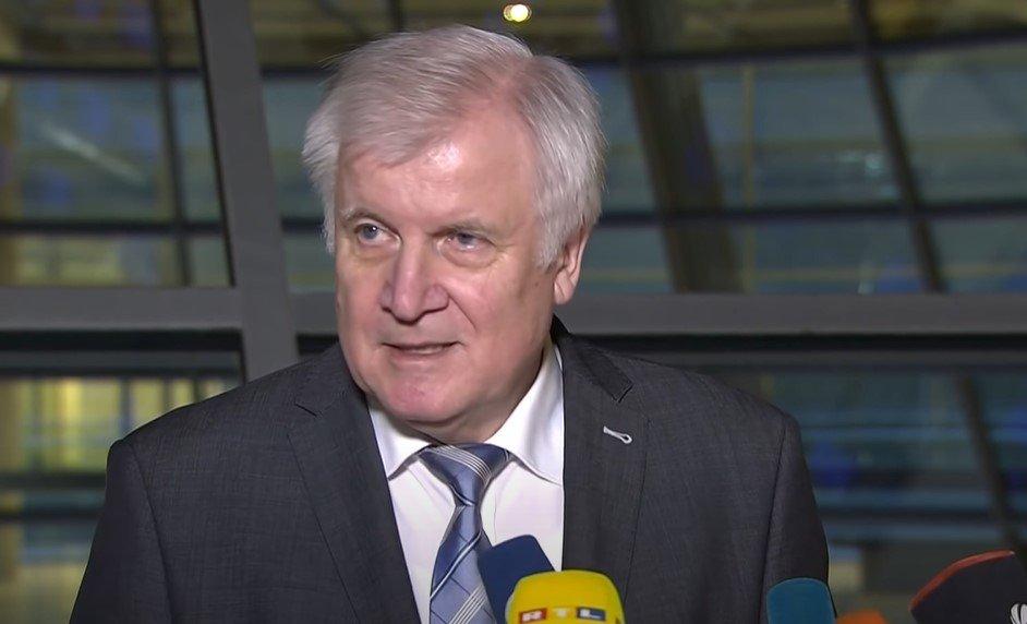 """Seehofer überglücklich: """"Wir nehmen wieder Migranten auf"""""""