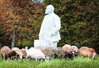 Marxisten enthüllen Lenin-Statue in Gelsenkirchen
