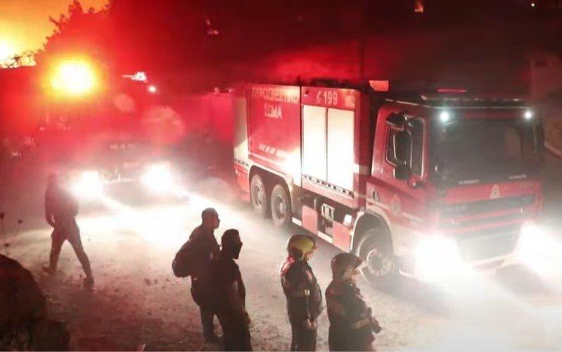 """Moria: """"Flüchtlinge"""" versuchen Feuerwehrleute am Löschen des Großbrands zu hindern [Video]"""