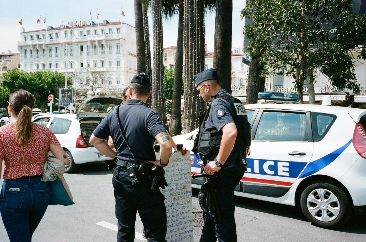 Französische Polizei Razzien bei islamistischem Netzwerk nach Enthauptungsangriff