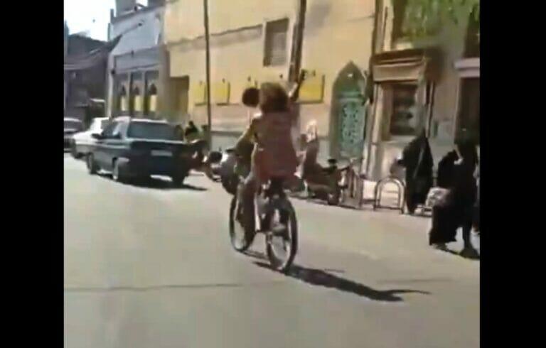 Iran: Ohne Kopftuch für die Freiheit der Frauen [Video]