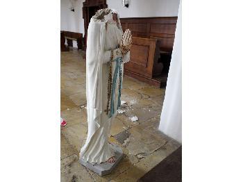 Straubing: Muttergottes-Statue geköpft – Kopf Corona-Maske aufgesetzt und vor Kirche geworfen