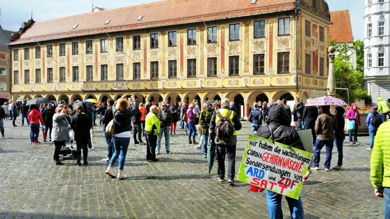 Tausende demonstrieren in Dresden gegen Corona-Ausnahmezustand
