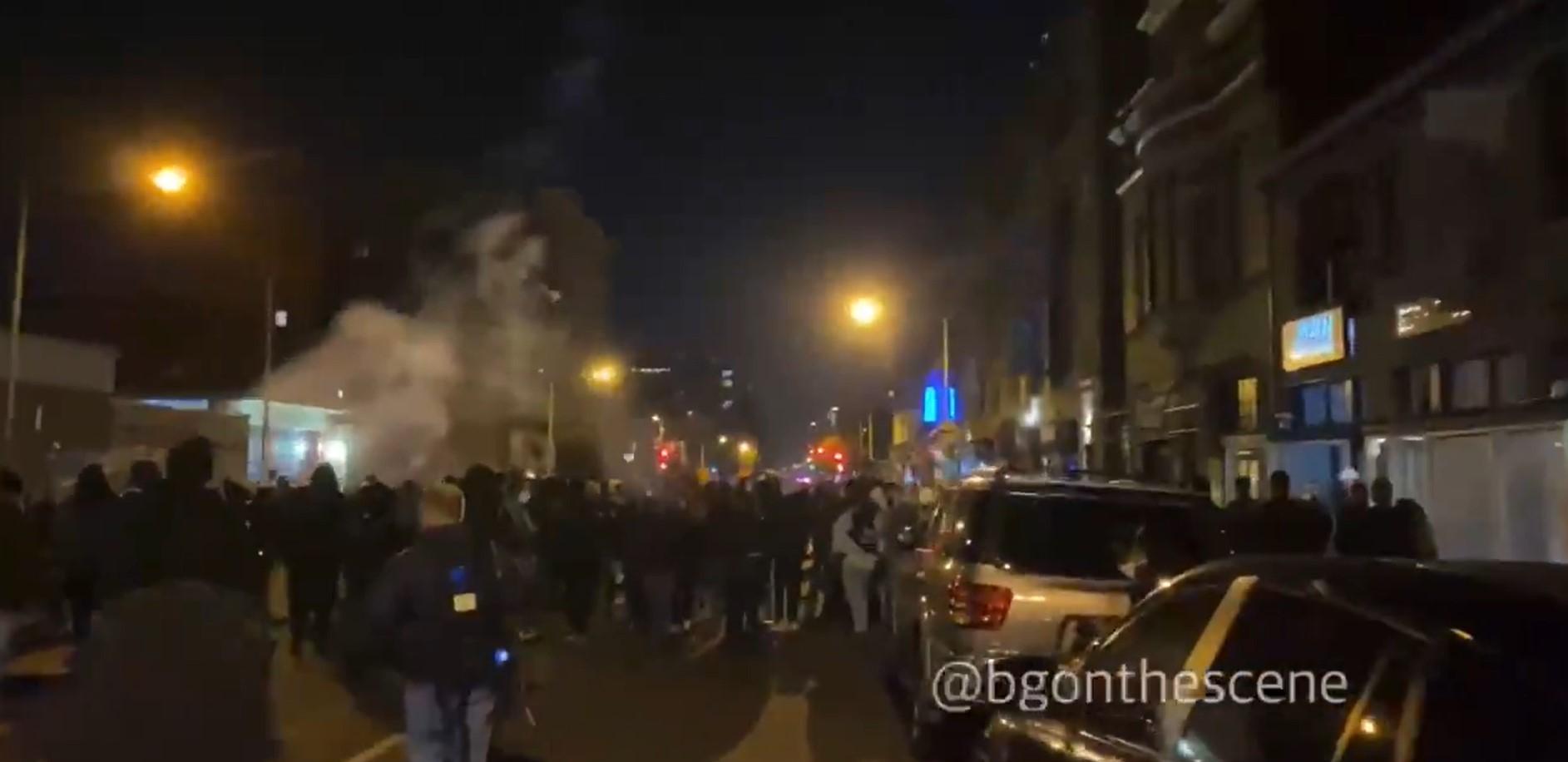 Reifen aufgeschlitzt, Feuerwerk auf Gebäude geschossen, Demonstranten mit Handfeuerwaffen [Video]