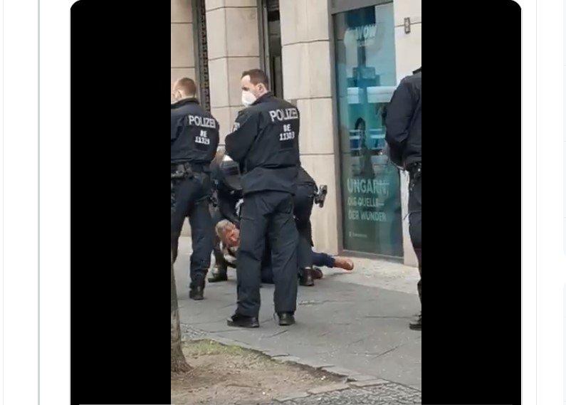 Bundestagsabgeordneter Hilse von Polizisten vor Bundestag gewaltsam zu Boden gerissen [Video]