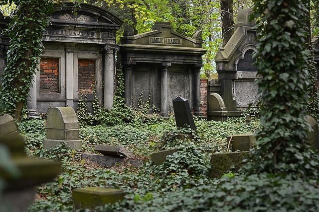 In jüdische Grabsteine gehauene Hakenkreuze, auf Denkmäler in Deutschland gesprüht