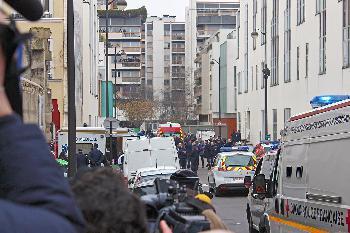 Der Charlie Hebdo Prozess wurde ausgesetzt, nachdem der Verdächtige sich mit Coronavirus infiziert hatte