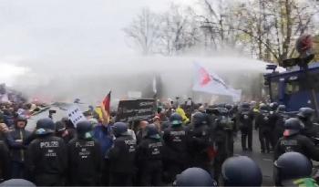 Berlin: Wasserwerfer auch gegen Kinder
