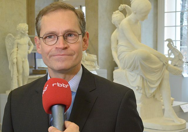Hat Berlins Bürgermeister Müller COVID-Toten erfunden, um Panik zu schüren? (Video]