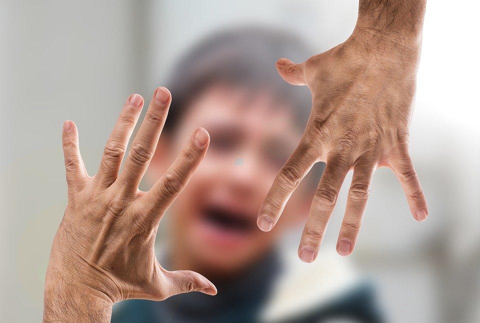 Mann schlägt 10-jährigen Autisten in Zug, weil er keine Maske trägt