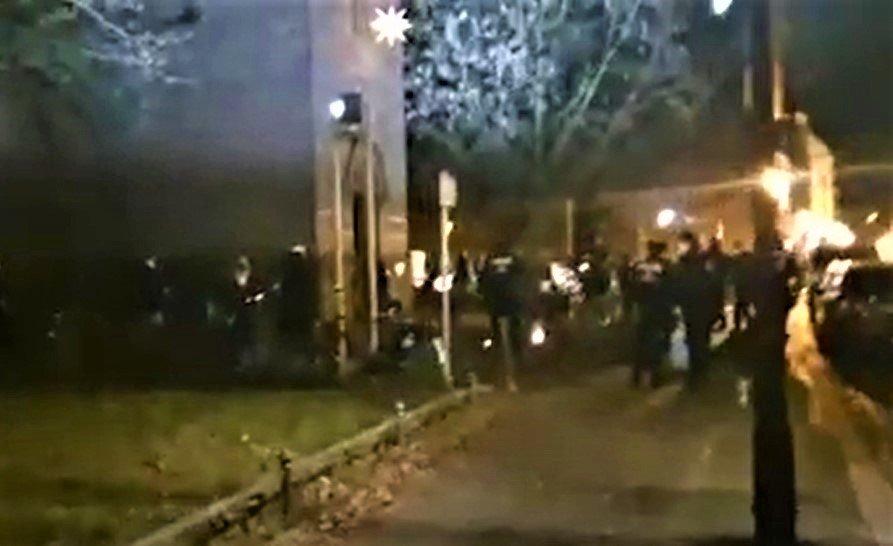 Großer Polizeieinsatz gegen 15 Personen, die mit Kerzen vor einer Kirche standen [Video]