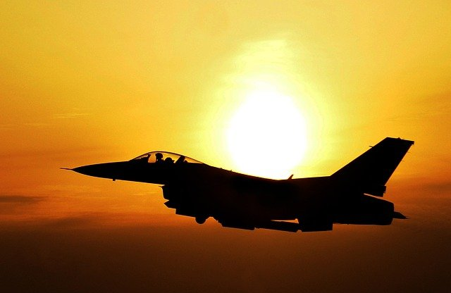 Flugzeuge der israelischen Luftwaffe greifen Ziele der Gaza Hamas als Reaktion auf Raketenfeuer an