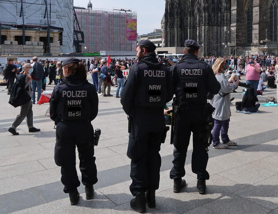 """Polizei: """"Bei Drogendealern Hosen voll – gegen im Schnee spielende Kinder stark"""""""