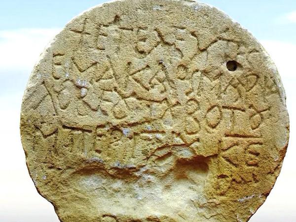 Antiker griechischer Grabstein im Negev entdeckt
