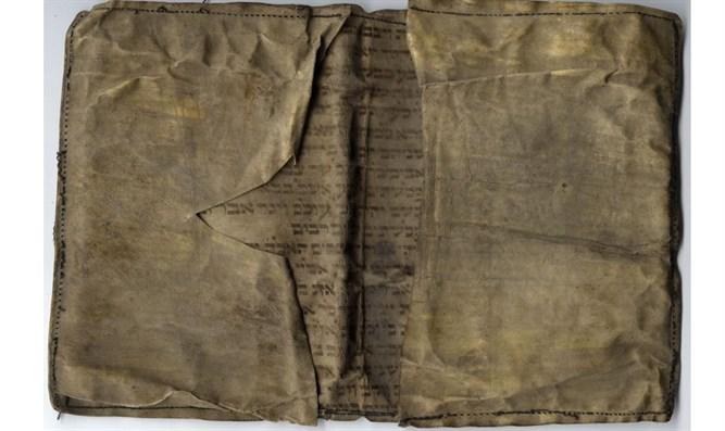 Brieftasche aus der Holocaust-Zeit, genäht aus einer in Polen entdeckten Thora-Schriftrolle