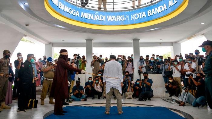 Indonesien: 77 Stockhiebe für schwules Paar