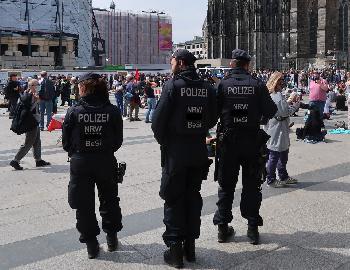 Polizei-Bei-Drogendealern-Hosen-voll--gegen-im-Schnee-spielende-Kinder-stark