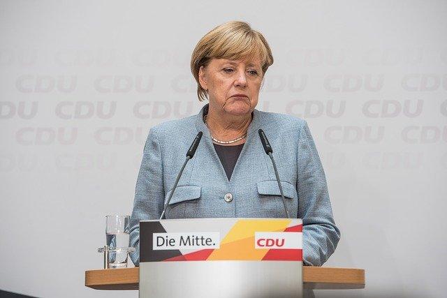 Bundestag: Merkel gerät in Panik da Sie die Maske vergessen hat [Video]