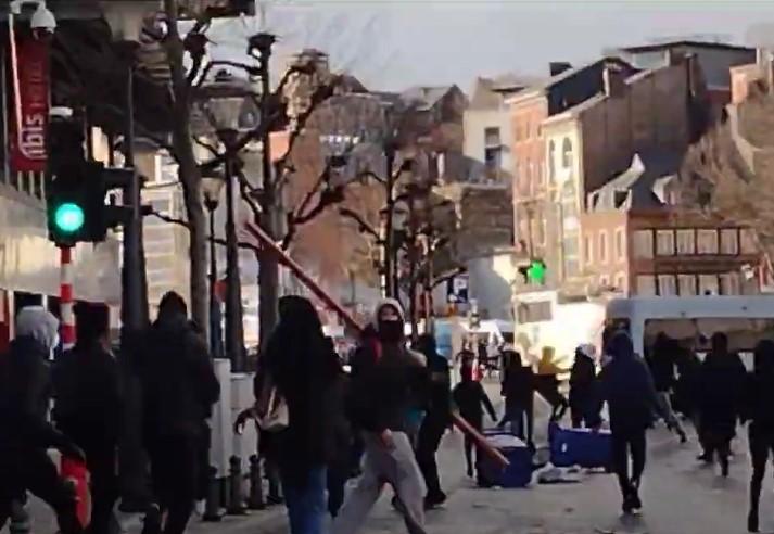 """Lüttich: """"Covidioten"""" retten Polizisten vor dem Lynchmob """"antirassistischer"""" BLM-Gewalttäter [Video]"""