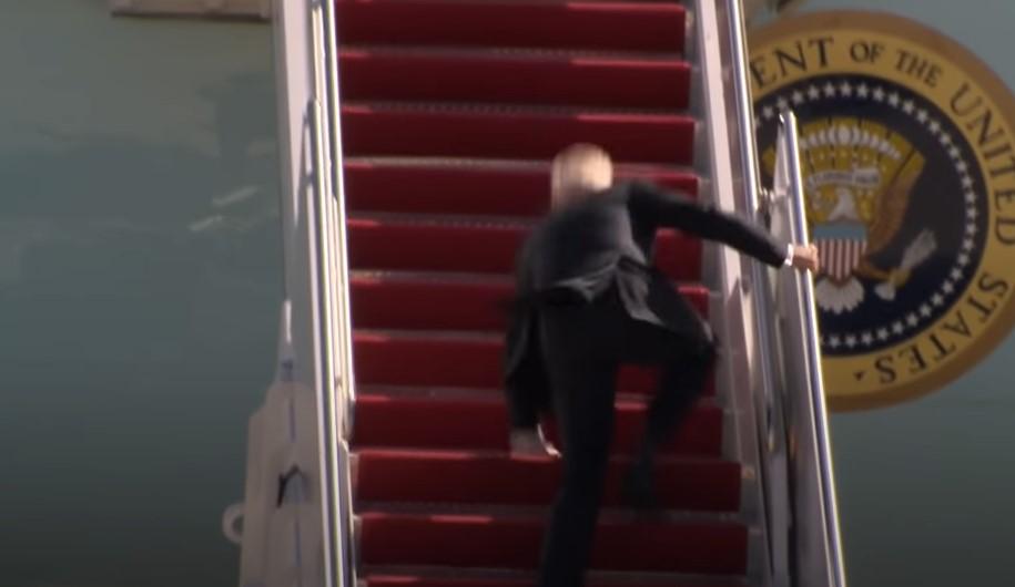 Biden stolpert, als er an Bord der Air Force One geht [Video]
