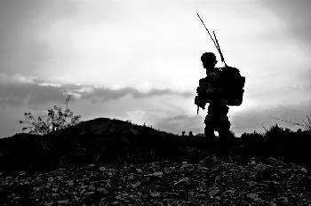 Araber greifen IDF-Soldaten an und stehlen seine Waffe