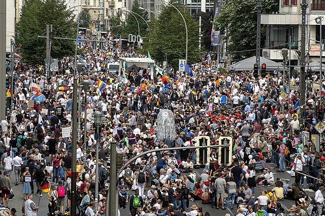 Über 10 000 Demonstranten gegen Corona-Grundrechtseinschränkungen in Stuttgart