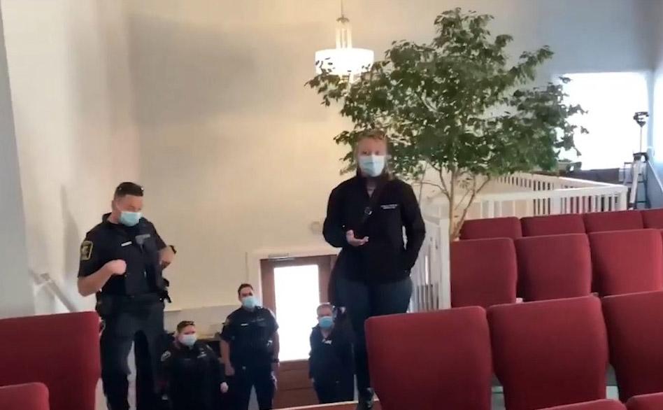 Corona-Polizei will Maskenpflicht in Kirche kontrollieren – dann passiert das ... [Video]