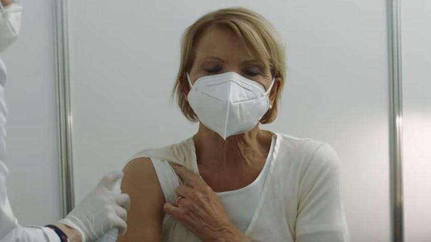 Promi-Kampagne der Bundesregierung: Die Fake-Impfung von Uschi Glas [Video]