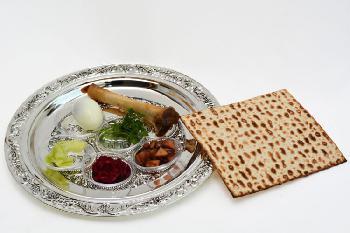 """Satire:Bill de Blasio verhaftet gesamte jüdische Gemeinde wegen Einladung an """"Extragast"""" zum Passah-Essen"""