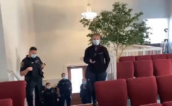CoronaPolizei-will-Maskenpflicht-in-Kirche-kontrollieren--dann-passiert-das--Video