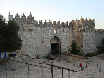Araber schleudern Steine auf religiöse Juden - wegen Mikrofonen