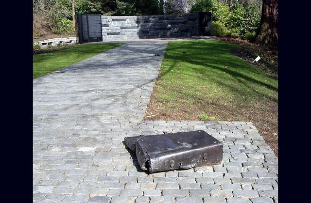 Oregon Holocaust Memorial mit Hakenkreuzen und anderen Neonazi-Symbolen unkenntlich gemacht