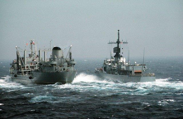 US-Kriegsschiff wehrt iranische Boote mit Warnschüssen ab