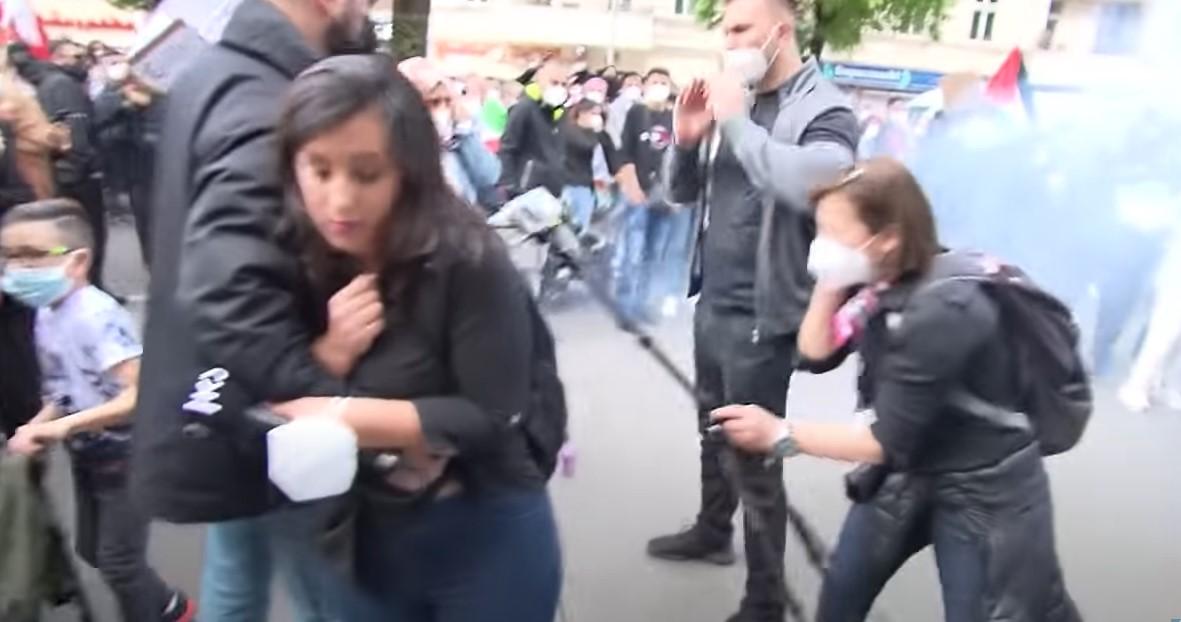 Böller auf israelische Journalistin Antonia Yamin in Berlin geworfen [Video]