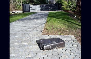 Oregon-Holocaust-Memorial-mit-Hakenkreuzen-und-anderen-NeonaziSymbolen-unkenntlich-gemacht