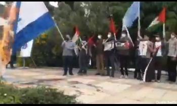 Iraner-versuchen-die-Flagge-Israels-zu-verbrennen-Video
