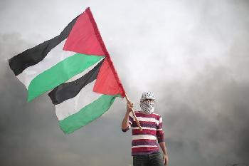 Demonstranten hissen palästinensische Flaggen bei Kundgebungen in London, Madrid