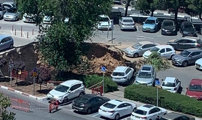 Riesige Doline öffnet sich auf dem Parkplatz des Jerusalemer Krankenhauses [Video]