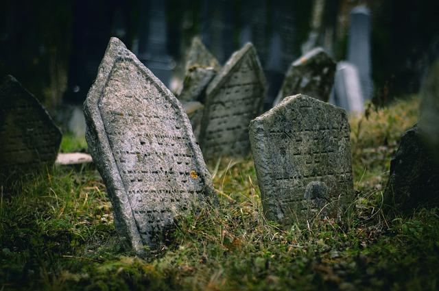 Grabsteine auf jüdischen Friedhöfen in der Ukraine und Rumänien zertrümmert