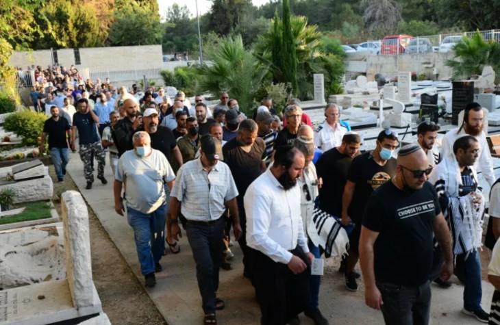 Die Polizei verhaftet eine achtköpfige arabische Bande wegen des Mordes an einem israelischen Juden in Lod während der Unruhen im Mai