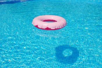 Lod-Arabische-Mdchen-versuchen-jdisches-Mdchen-im-Schwimmbad-zu-ertrnken