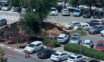 Riesige-Doline-ffnet-sich-auf-dem-Parkplatz-des-Jerusalemer-Krankenhauses-Video