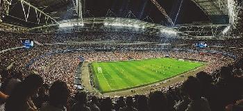 Greenpeace-Gleitschirm stürzt in Fußballstadion ab und verletzt zwei