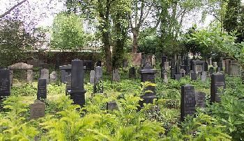 Fenster-des-jdischen-Friedhofs-in-Gelsenkirchen-Deutschland-zerstrt